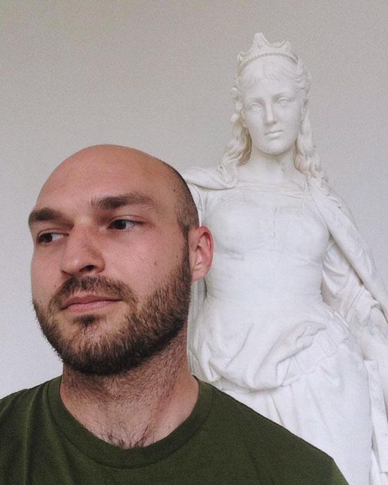 statue selfie